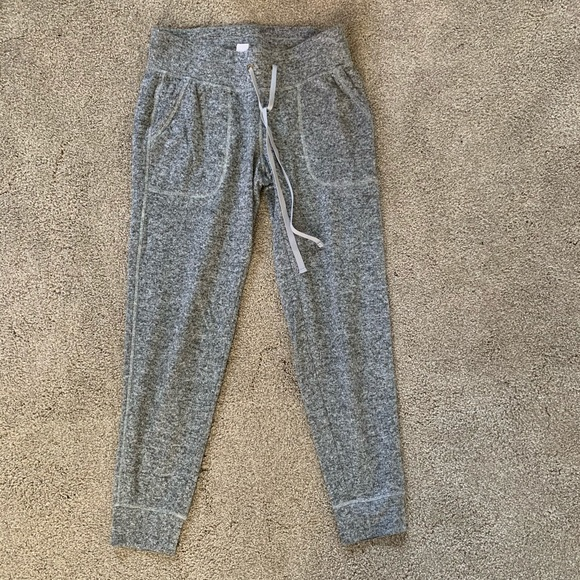 breathable grey cropped joggers with pocket